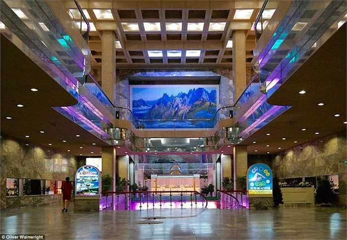 Khu vực sảnh chính của khách sạn được trang trí đèn Neon và những bức tranh sơn thuỷ hữu tình.