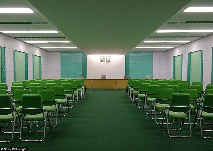 Phòng họp của sân vận động được trang trí màu xanh lá cây, có cảm giác cuộc sống của một vùng đồng bằng.