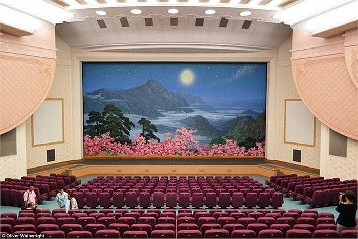 Thay vì bức rèm đỏ sân khấu, nhà hát kịch quốc gia bình nhưỡng trang trí bằng một bức tranh hoa hồng khoe sắc trong đêm.