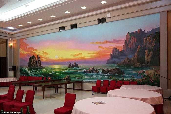 Phòng ngoại giao, cảnh hoàng hôn và đại dương được lấy làm phông nền cho bức tường.