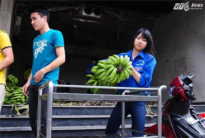 Các bạn sinh viên của đội Tình nguyên Lam Sơn, Thanh Hóa hỗ trợ quá trình bán chuối sáng 18/11 của kênh VTC16