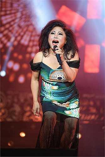 Ca sĩ Siu Black mang đến cho khán giả cảm giác rất 'đã tai' trong liveshow của Y Moan nhưng phong cách thời trang của cô thì không thỏa mãn một chút nào