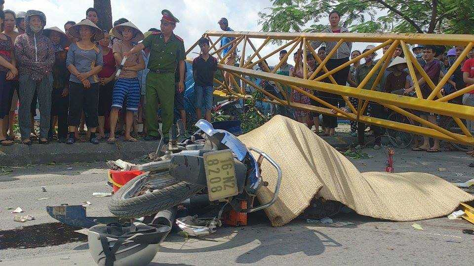 Do vị trí công trình thi công nằm sát mặt đường Lê Hồng Phong, quận Ngô Quyền nên khi cánh tay cẩu đổ xuống đã đè trúng 2 người đi xe máy khiến 1 người đàn ông tử vong tại chỗ.