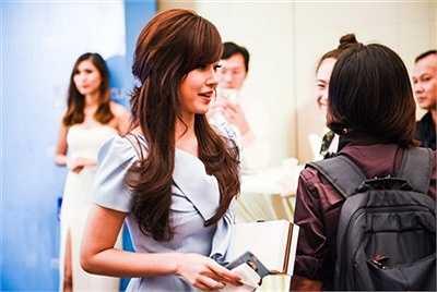 Nữ diễn viên 'Thiên mệnh anh hùng' trung thành với phong cách nữ tính, ngọt ngào. Cô chọn váy chữ A màu xanh nhạt, kiểu dáng kín đáo.