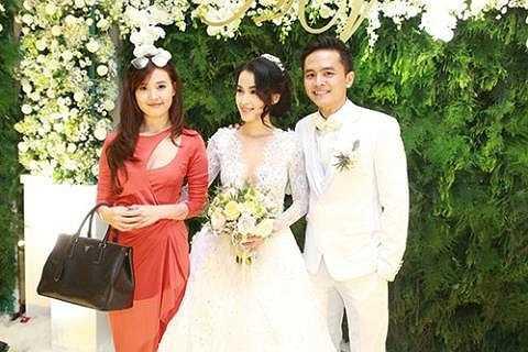 Midu rạng rỡ tham dự lễ cưới của cặp đôi Tú Vi - Văn Anh.