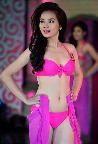 Gương mặt bầu bĩnh của người đẹp với chiếc cằm bình thường trong một góc tương tự khi đang tham gia cuộc thi Hoa hậu Việt Nam 2014.
