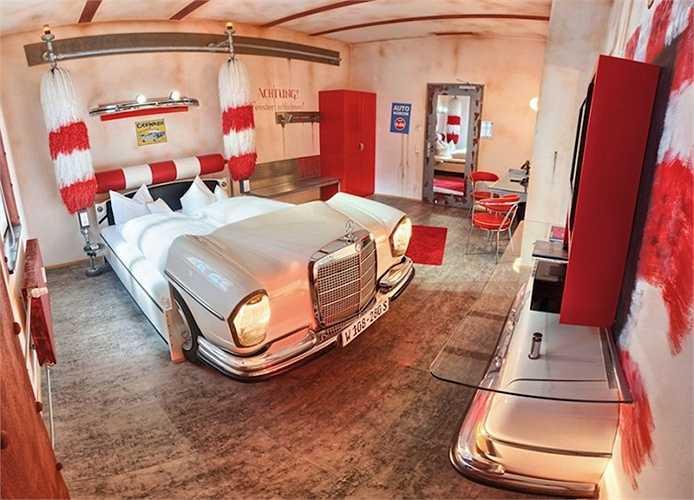 Khách sạn V8 thuộc thành phố Stuttgart Đức dành riêng cho những tín đồ xe hơi. Hệ thống phòng ngủ của khách sạn được thiết kế theo từng dòng xe cổ điển, độc và lạ từ Mercedes Suite đến Drive-In Cinema Suite..