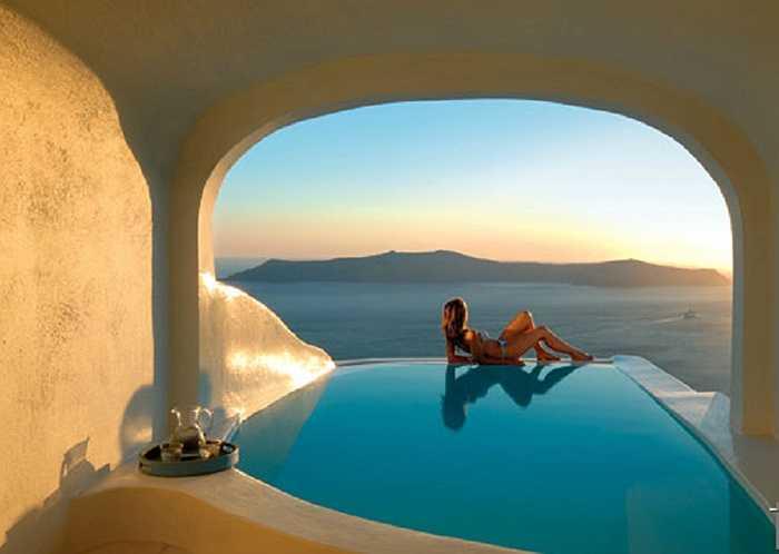 Nằm trên hòn đảo xinh đẹp Santorini, Hy Lạp, Sun Rocks Boutique là khách sạn trong vách núi lửa. Tường được chạm khắc từ chính mặt đá bên trong vách núi, tạo cảm giác hoang dã, trong lành tối đa.