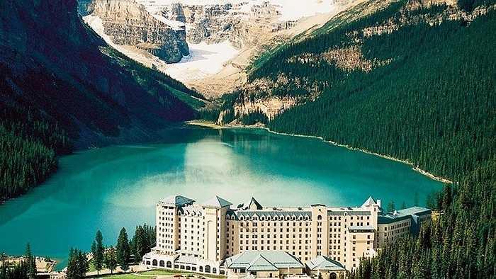 The Fairmont Chateau Lake Louise nằm bên hồ sông băng tuyệt đẹp trong công viên Alberta, Canada. Bao quanh bởi rừng cây lá kim xanh mướt, du khách như thể lạc vào một thế giới khác, thanh bình và xinh đẹp.