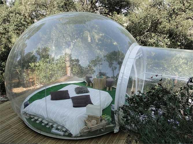 Tại khách sạn Attrap Reeves, Allauch Pháp, du khách sẽ được trải nghiệm đêm ngủ ngoài bầu trời đầy sao. Mỗi phòng ngủ của khách sạn như một quả bóng khổng lồ trong suốt được thiết kế theo chủ đề.