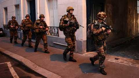 Quân đội Pháp tới hiện trường