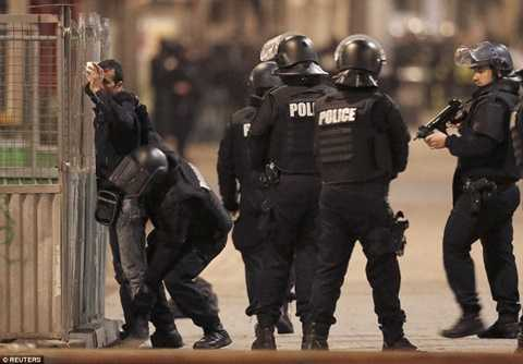 Cảnh sát Pháp kiểm tra chặt chẽ trên đường phố St Denis