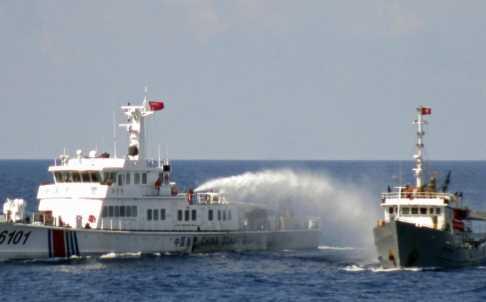 Tàu Trung Quốc phun vòi rồng vào tàu chấp pháp Việt Nam