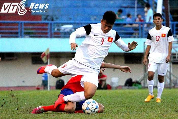 Hiệp 2, mặt trận tấn công của U21 Việt Nam có chuyển biến rõ rệt khi chân sút Phạm Văn Thành vào sân