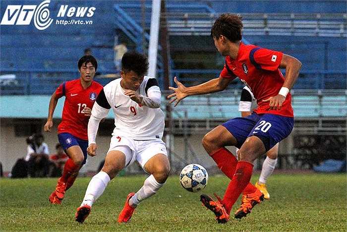 U19 Hàn Quốc cắt cử 2 cầu thủ có chiều cao tốt nhất trên sân theo kèm Văn Thành. Song với nền tảng kĩ thuật cơ bản tốt, tiền đạo sinh năm 1994 khiến đối phương không thể 'bắt chết' mình