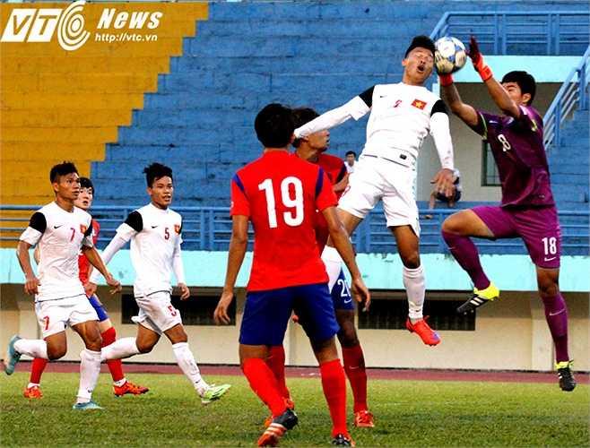 Lợi thế thể hình gần 2m giúp thủ môn dự bị Joon Su của U19 Hàn Quốc chiếm lợi thế trong tình huống tranh chấp trên không