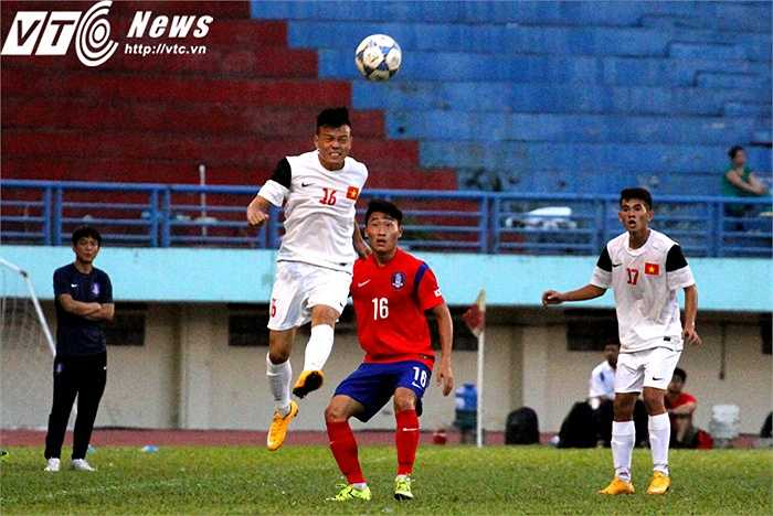 Điểm yếu của U19 Hàn Quốc có thể nói chỉ có duy nhất là... chiều cao không đồng đều giữa cầu thủ tấn công và cầu thủ phòng ngự. Chính điều đó giúp U21 Việt Nam với bộ đôi Duy Khánh - Nam Anh đều 1m80 gặp ít trở ngại hơn