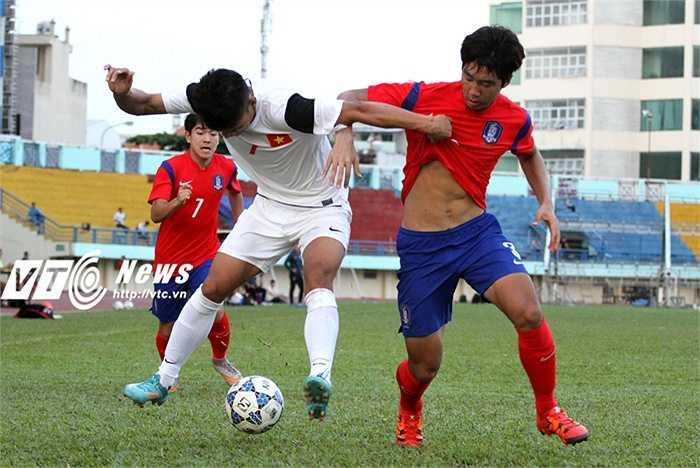 Không chỉ nhỉnh về thể hình, U19 Hàn QUốc cũng có nền tảng thể lực đáng nể. Hầu như mọi vị trí của họ đều có thể kiêm thêm những nhiệm vụ khác ở bất cứ đâu trên mặt sân