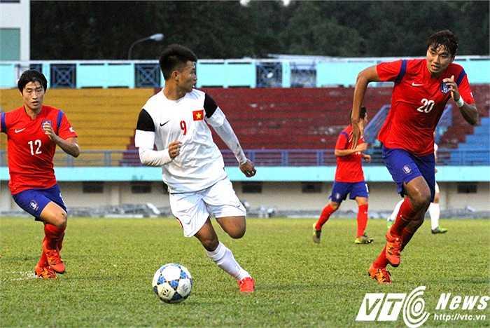 Vằn Thành trong tình huống dè chừng với một 'người khổng lồ' khác của U19 Hàn Quốc (số 20)