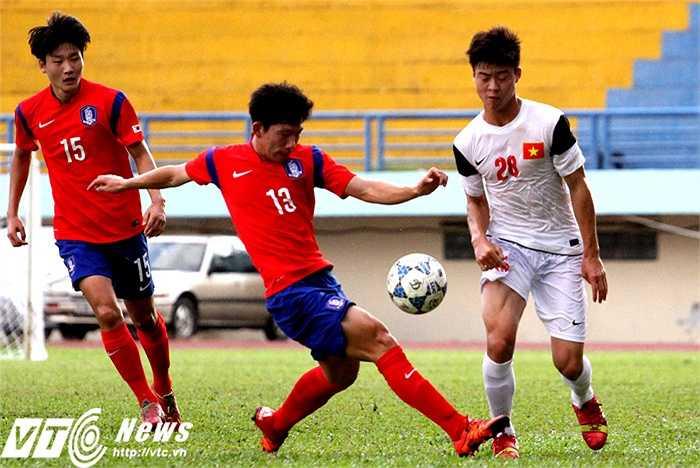Đẳng cấp của đội bóng trẻ này được thể hiện rất rõ khi họ nhanh chóng xác định Duy Mạnh là cầu thủ cầm nhịp lối chơi cho U21 Việt Nam và 'bắt chết' cầu thủ này