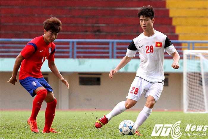 Duy Mạnh luôn bị theo kèm bởi 1 cầu thủ U19 Hàn Quốc