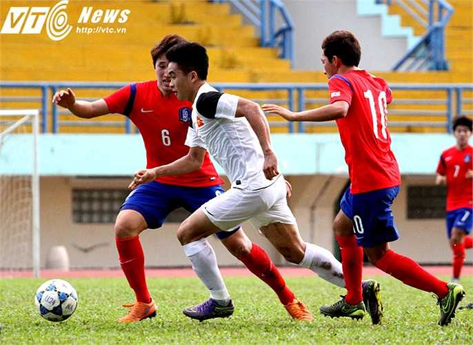 Chính vì thế cặp tiền đạo Đình Kha - Võ Lý của U21 Việt Nam trong hiệp 1 thường xuyên 'đói bóng' và phải lùi sâu tìm kiếm cơ hội