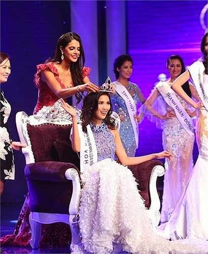 Trần Ngọc Lan Khuê đăng quang ngôi Hoa khôi Áo dài 2014.
