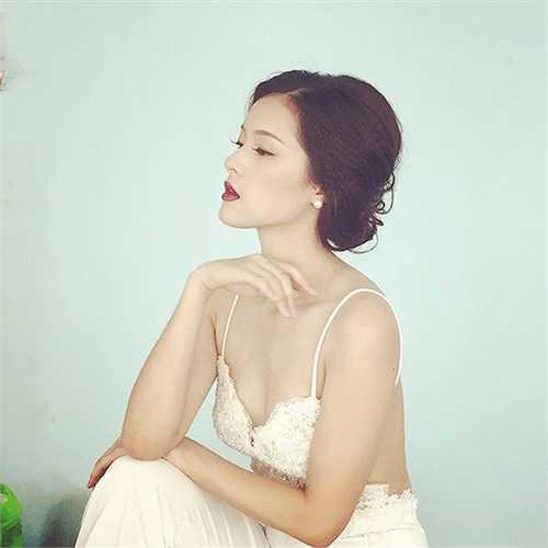 Vẻ đẹp 'không góc chết' của Hạ Vi giúp cô nhận được nhiều hợp đồng quảng cáo sản phẩm.