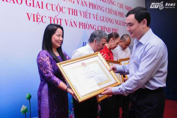 Bà Nguyễn Kha Thoa, Giám đốc Đài truyền hình kỹ thuật số VTC nhận bằng khen sáng 19/11 - Ảnh: Tùng Đinh