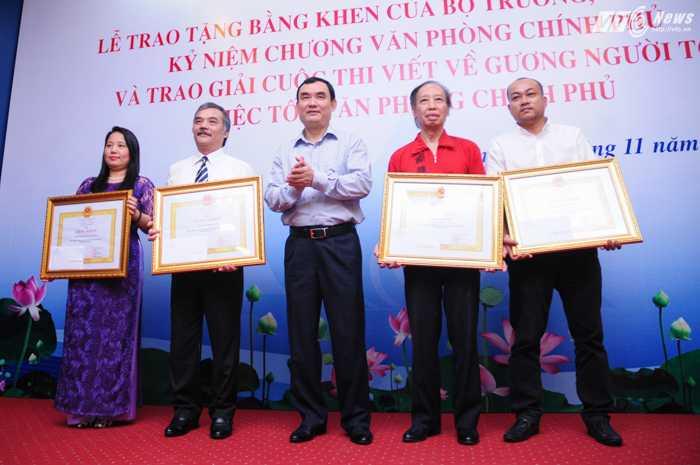 Ông Nguyễn Xuân Thành, Phó Chủ nhiệm Văn phòng Chính phủ chụp ảnh cùng đại diện các đơn vị nhận bằng khen của Văn phòng Chính phủ - Ảnh: Tùng Đinh