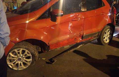 Chiếc xe Ford bị hư hỏng nhiều chỗ