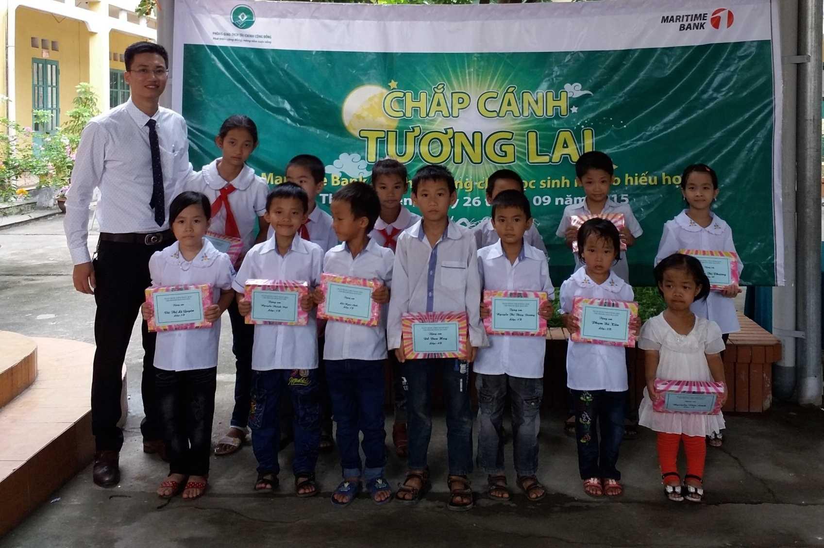Ngân hàng Cộng đồng- Maritime Bank trao học bổng cho các học sinh nghèo hiếu học dịp Tết Trung thu  2015 tại Trường tiểu học Túc Duyên, TP Thái Nguyên