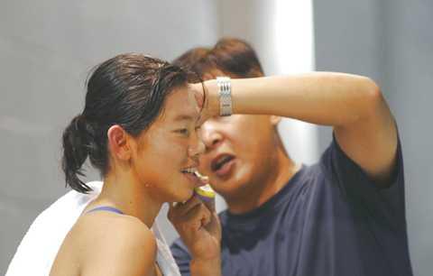 Thầy giáo khó tính và nghiêm khắc nhất vịnh Bắc Bộ Đặng Anh Tuấn và học trò Ánh Viên tại bể bơi.