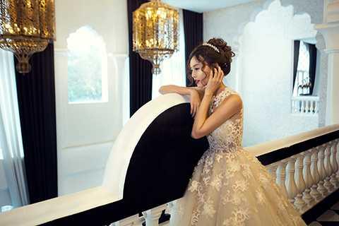 """Ngoài ra, động lực để Lan Ngọc thực hiện bộ ảnh này vì ngẩn ngơ trước việc """"soái ca"""" Huỳnh Hiểu Minh đã chính thức có vợ. Thế là cô đã quyết định… đám cưới một mình cùng với chút tiếc nuối còn sót lại."""