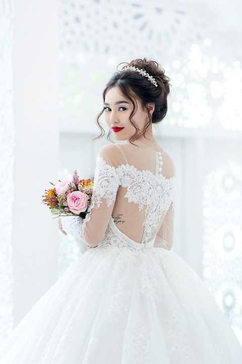 Cùng những chiếc váy cưới trắng trong veo kết hợp cùng màu son đỏ rực rỡ, Lan Ngọc phần nào biến giấc mơ của mình thành sự thật, trở thành một ngọc nữ thực quyến rũ nhưng vẫn đầy mơ mộng.