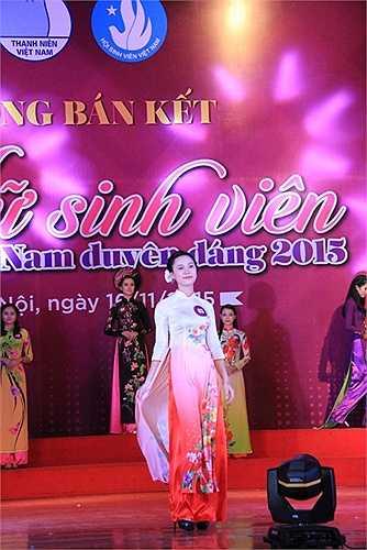 Các thí sinh tham dự vòng bán kết cuộc thi 'Nữ sinh viên Việt Nam duyên dáng 2015' đã khoác trên mình tà áo dài truyền thống thu hút sự chú ý.