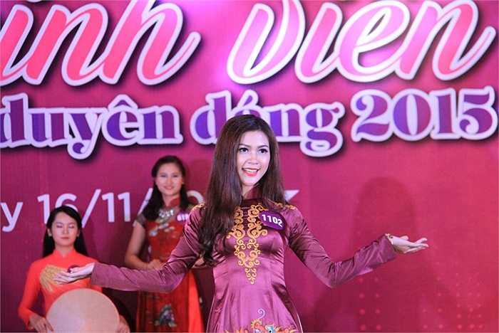 Trong ảnh: Thí sinh Nguyễn Thúy Hằng, CĐ Công nghiệp Phúc Yên - là một trong 3 thí sinh đặc cách vào vòng bán kết của cuộc thi. Cô là tân Hoa khôi cuộc thi Hoa khôi sinh viên Hà Nội - iMiss Thăng Long 2015.