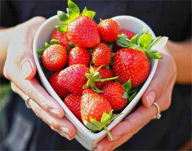 Ăn các loại quả màu đỏ: loại quả màu đỏ có chứa lycopene, một chất chống oxy hóa, rất quan trọng để cải thiện chất lượng và độ linh hoạt của tinh trùng. Đó là các thực phẩm như cà chua, anh đào, táo đỏ, dâu tây và ớt chuông. Những thực phẩm này giúp cải thiện khoảng gần 80% chất lượng tinh trùng.