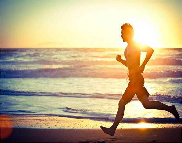 Tập thể dục thường xuyên: Tập thể dục làm tăng lưu thông máu, từ đó làm tăng lưu lượng máu đến dương vật. Điều này giúp tăng cung cấp oxy và chất dinh dưỡng cho tinh trùng. Tuy nhiên, những bài tập thể dục quá mạnh lại không tốt, bạn chỉ nên tập yện 45 phút mỗi ngày và chỉ 5 lần một tuần để tăng chất lượng tinh trùng.