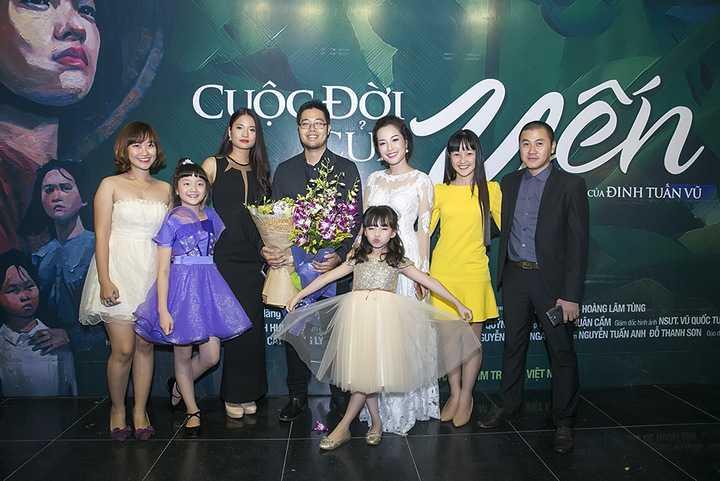 Sự kiện ra mắt phim còn có đạo diễn Đinh Tuấn Vũ, diễn viên Lâm Tùng (nam chính của phim), Thúy Hằng (nữ chính phim), Lã Thanh Huyền, nhà văn Hữu Ước...
