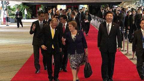 Ong Aquino nói chuyện thân mật với Tổng thống Chile trong khi ông Tập Cận Bình đi bên cạnh nhưng không nói gì