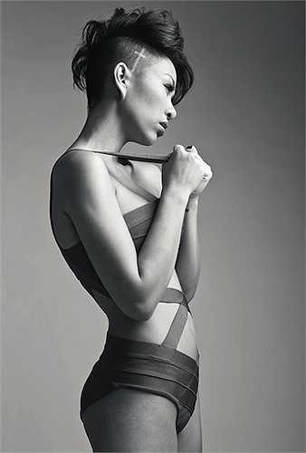 Cô nàng tự tin phô diễn đường cong cơ thể với áo tắm