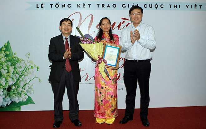 Cô Trâm nhận giải Nhất cuộc thi với tác phẩm Liên
