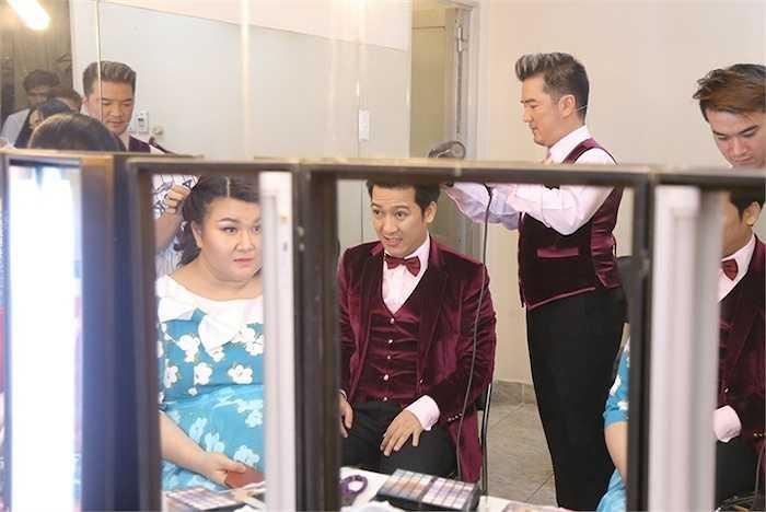Anh bị bắt gặp trổ tài làm tóc cho Trường Giang trong hậu trường.