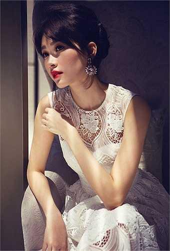 Dù được chụp ở góc độ nào, nhan sắc của Thu Thảo cũng khiến người đối diện si mê trước vẻ đẹp hoàn hảo.