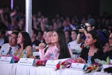 """Nữ diễn viên rất thích thú trước phần thi của các bạn sinh viên khi ngồi ghế giám khảo của cuộc thi """"Nét đẹp Sư phạm"""" được tổ chức nhân ngày """"Nhà giáo Việt Nam"""". (Ảnh: Bin Trương, trang điểm Trí Trần, stylist Nguyễn Thiện Khiêm)"""
