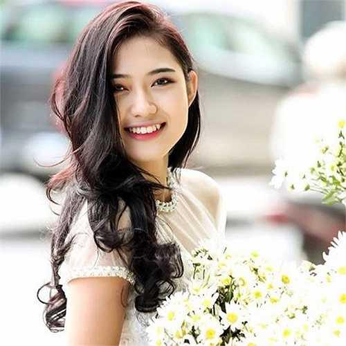 Sau khi công khai hẹn hò trên Facebook, cầu thủ gốc Hải Dương còn đổi trạng thái 'đã kết hôn'.