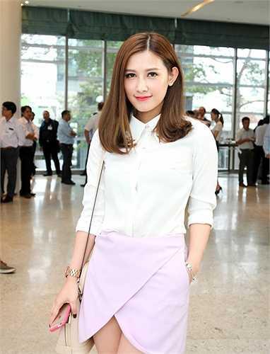 Emmy Nguyễn là một hot girl đột ngột nổi lên từ hồi tháng 9 vừa qua sau khi đăng bức ảnh đang ngủ lên mạng.