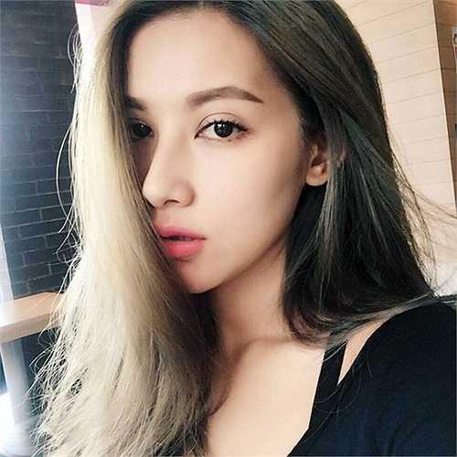 Hot girl sinh năm 1991 thừa hưởng vẻ đẹp của 3 quốc gia: Úc, Thái và Việt. Emmy đam mê IT và hiện đang sống tại thành phố Hồ Chí Minh.