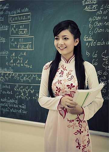 Cô giáo Phan Hồng Anh - Á khôi cuộc thi Imiss Thăng Long 2010, tốt nghiệp lớp chất lượng cao, khoa Toán - Tin trường ĐH Sư phạm Hà Nội tháng 5/2012